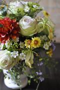 鮮やかな花を数種類アレンジしています